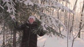 Menina que anda no parque do inverno Restaura a neve das árvores Entretenimento fora no inverno vídeos de arquivo