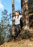 Menina que anda para baixo na floresta Imagens de Stock Royalty Free