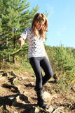Menina que anda para baixo na floresta Fotografia de Stock