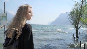 Menina que anda pelo lago Garda video estoque