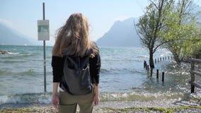 Menina que anda pelo lago Garda vídeos de arquivo