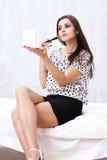 Menina que aplica a composição Fotos de Stock Royalty Free