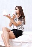 Menina que aplica a composição Fotos de Stock