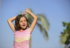Menina que aprecia a chuva clara do verão Fotografia de Stock Royalty Free