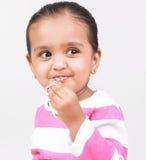 Menina que aprecia o bolo Foto de Stock Royalty Free