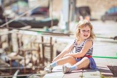 Menina que aprecia o dia bonito perto do porto da cidade Fotografia de Stock