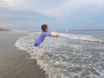 Menina que aprecia o oceano Fotografia de Stock