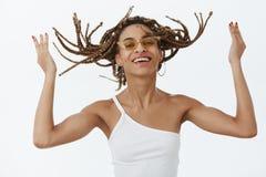 Menina que aprecia o penteado novo fresco que está pronto à rocha do partido Retrato da mulher de pele escura à moda despreocupad fotos de stock royalty free