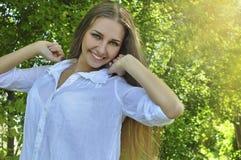 Menina que aprecia o verão Fotos de Stock Royalty Free