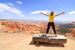 Menina que aprecia a paisagem na garganta de Bryce Imagens de Stock Royalty Free