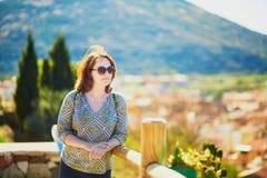 Menina que aprecia a vista de casas coloridas em Bosa, Sardinia, Itália Imagem de Stock Royalty Free