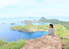 Menina que aprecia a vista na ilha de Padar imagem de stock royalty free
