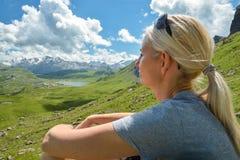Menina que aprecia vistas em montanhas bonitas Foto de Stock