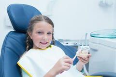 Menina que aprende como escovar os dentes imagens de stock