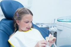 Menina que aprende como escovar os dentes imagem de stock royalty free