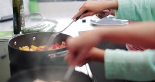 Menina que aprende cozinhar em casa video estoque