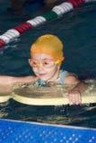 Menina que aprende nadar Fotos de Stock
