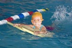 Menina que aprende nadar Foto de Stock