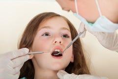 Menina que atravessa o exame dental fotografia de stock