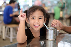 Menina que bebe a água congelada Fotografia de Stock Royalty Free