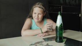 Menina que bebe do vidro da limonada vídeos de arquivo