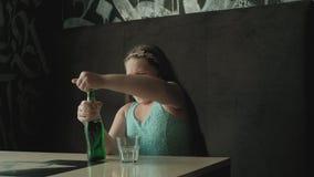 Menina que bebe do vidro da limonada video estoque