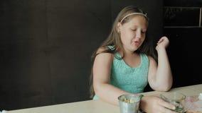 Menina que bebe do vidro da limonada filme