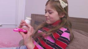 Menina que bebe e que usa o girador filme