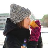 Menina que bebe o coffe quente Fotos de Stock Royalty Free
