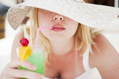 Menina que bebe um coctail Imagens de Stock Royalty Free
