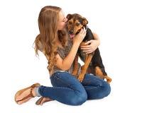 Menina que beija o cão Fotos de Stock