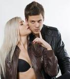 A menina que beija o homem em um mordente Imagens de Stock
