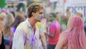Menina que beija o noivo, par alegre que dança à música na multidão no concerto video estoque