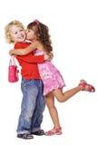 Menina que beija o rapaz pequeno bonito fotografia de stock