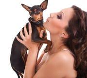 Menina que beija seu cão Foto de Stock