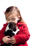 Menina que beija seu cão Fotos de Stock Royalty Free