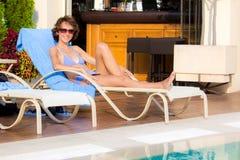 Menina que bronzea-se no verão Fotografia de Stock Royalty Free