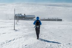Menina que caminha em montanhas gigantes para o bouda de Lucni em um dia de inverno ensolarado com vento de congelação da corda,  imagem de stock royalty free