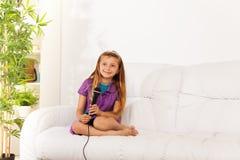 Menina que canta em casa Fotos de Stock Royalty Free