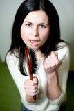 Menina que canta em seu hairbrush Fotos de Stock