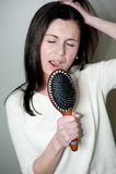 Menina que canta na escova de cabelo Foto de Stock