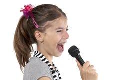 Menina que canta no tiro do estúdio Fotografia de Stock Royalty Free