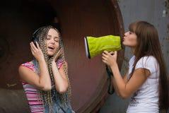 Menina que canta para outra Foto de Stock Royalty Free