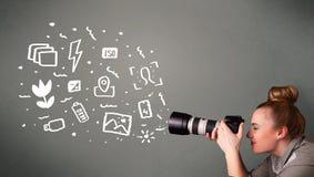 menina que captura os ícones brancos da fotografia Imagens de Stock
