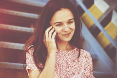 Menina que chama a fala do telefone Foto de Stock Royalty Free