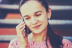 Menina que chama a fala do telefone Fotografia de Stock