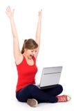 Menina que cheering com portátil Fotografia de Stock