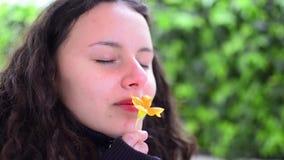 Menina que cheira a flor amarela video estoque