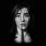 Menina que cobre seus cara e olhos com suas mãos imagens de stock