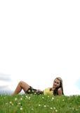 Menina que coloca no monte da grama fotos de stock royalty free